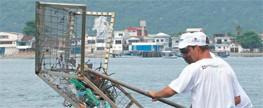 Catamarãs recolhem 59t de lixo flutuante em 14 meses de operação