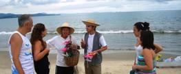 Abordagem artística para diminuir lixo nas praias de Florianópolis