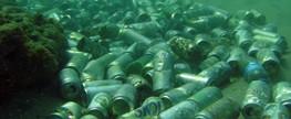 Turistas e moradores usam o fundo do mar como lixo em Salvador