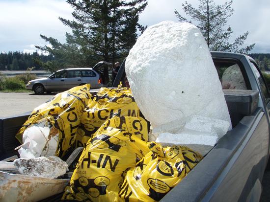 Isopor, muito usado em píeres públicos e privados, é um componente significante de Lixo Marinho nas praias do Canadá.