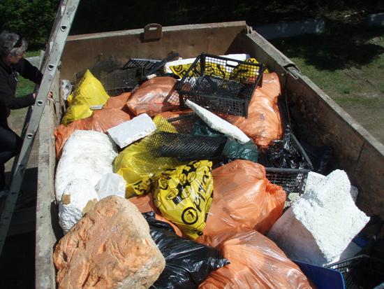 Lixo coletado inclui equipamento destruído de operações de aquacultura. Com frequência as fortes tempestades de inverno do Estreito da Georgia destroem operações de aquacultura, enviando lixo para as praias locais.