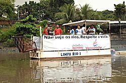 Um catamarã foi utilizado para transportar o lixo. Foto: Lu Streithorst.