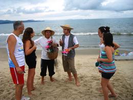 Sensibilização ambiental nas praias de Florianópolis. Foto/divulgação: Adriana Baldissarelli