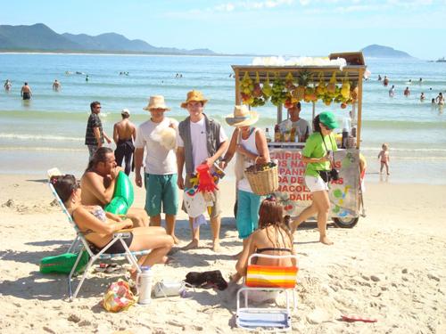 Abordagem direta para sensibilização ambiental realizada nas praias de Florianópolis no Verão 2009. (foto/divulgação:Adriana Baldissarelli)