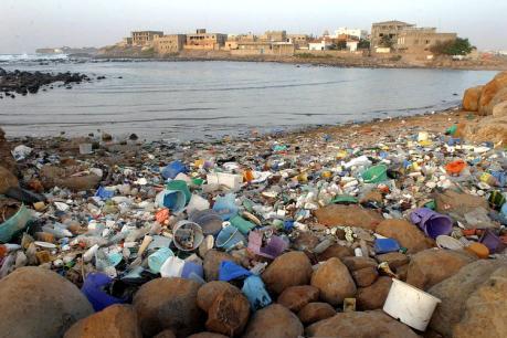 Strandgut der Moderne. Nicht Muscheln und Algen säumen das Meer, sondern eine Flut von Plastikteilen. Etwa 80 Prozent stammen vom Festland, der Rest von Schiffen und Offshore-Konstruktionen. Foto: DPA