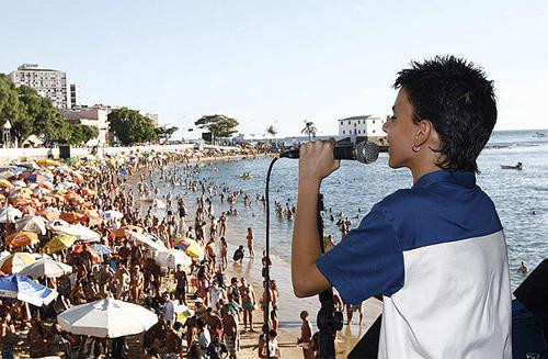 Show de Juan e Ravena começou cedo para público que estava na  praia. Manuela Cavadas / Agência A Tarde