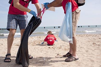 Meio milhão de voluntários recolhem das águas 10 milhões de fragmentos de lixo, que ameaçam a vida humana e marinha