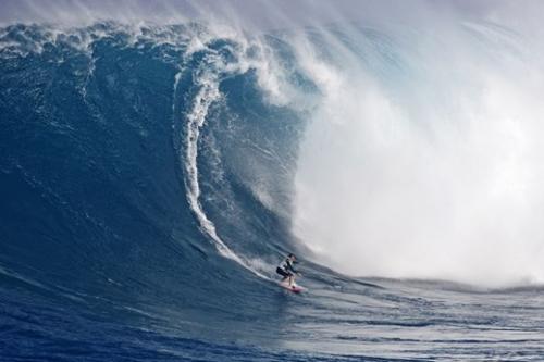 Maya Gabeira, tricampeã do Billabong XXL e a caminho do tetra, em Jaws, Maui, Havaí. Imagem: Bruno Lemos