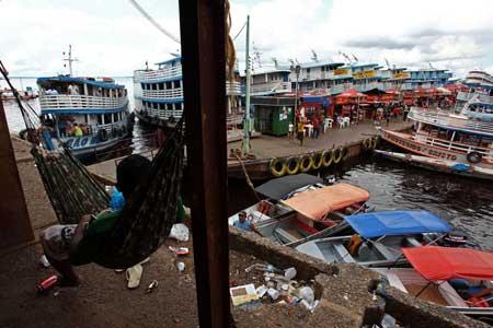 Apos horas de sobe e desce pelas escadas e rampas do porto de Manaus, um estivador descansa em sua rede. Foto: Canon 5D Mark II Lente 17-40mm f/7.1 Velocidade 1/320 ISO100.