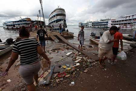 Lixo nas margens do Rio Negro é cada vez mais freqüente. É comum ver pessoas vindas de outras regiões do Brasil e do mundo se assustarem com a quantidade de lixo depositada nas margens do rios e igarapés. Foto: Canon 5D Mark II Lente 17-40mm f/8.0 Velocidade 1/250 ISO100.