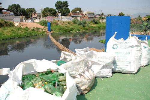 Com a nova barreira de garrafas PET, que tem 48 m de extensão, a estimativa é que, por mês, sejam retidas 30 toneladas de lixo flutuante no rio. © Ignácio Ferreira/Subsecretaria de Comunicação Social do Rio de Janeiro