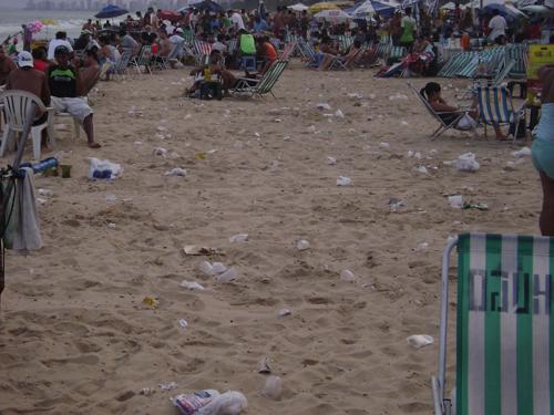 Descarte irregular de lixo na praia da Boa Viagem (Recife-PE). © Marcelo José Dias Filho