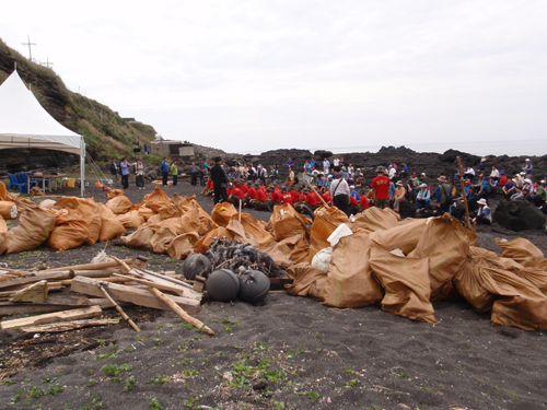 Marine debris collected at the NOWPAP International Coastal Cleanup campaign in Jeju, Korea, 2 October 2010. Photography by Sangjin Lee.
