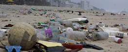 Lixo é levado à praia de Ipanema