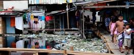 Em Manaus, garis 'pescam lixo' para amenizar enchente