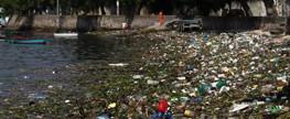 Praias da Ilha do Governador amanhecem, diariamente, cobertas por 8 toneladas de lixo